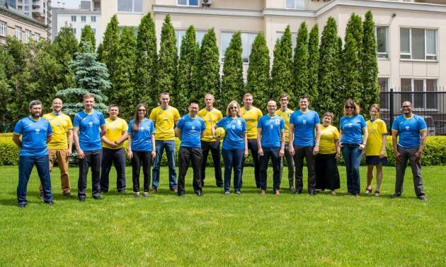 Працівники посольства США в Києві одягнули форму збірної України