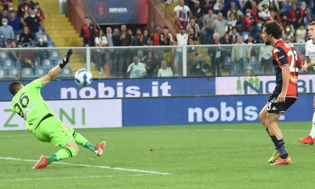 У Серії А гравець забив гол, тримаючи в руках пляшку